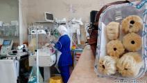 تهتم بالأطفال المرضى في المستشفى (العربي الجديد)