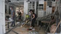 متطوعون يُزيلون حطام البيت الذي تضرر من جراء الانفجار (حسين بيضون)