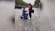 جندي فرنسي يطلب الزواج من صديقته في الشانزليزيه- تويتر