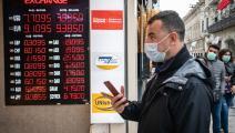 الليرة التركية لا تزال تحت الضغوط من قبل المصارف الاستثمارية (Getty)