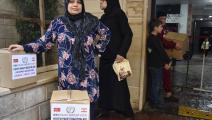فلسطينيون كثيرون يعيشون على الإعانات (محمود غلدي/ الأناضول)