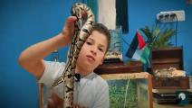 طفل فلسطيني يربي ثعابين في غرفته (يوتيوب)