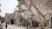طفل سوري ودمار في درعا (محمد أبازيد/ فرانس برس)