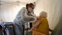 امرأة مسنة ولقاح كورونا في فرنسا (جان فرانسوا مونييه/ فرانس برس)
