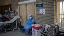 عاملة صحية وكورونا في جنوب أفريقيا (ميشيل سباتاري/ فرانس برس)
