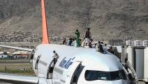 أفغان وطائرة في مطار كابول (وكيل كوهسار/ فرانس برس)