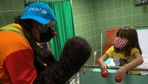 مهرج وتحصين أطفال في كوبا (أدلبرتو روكيه/ أ ف ب)