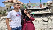 أحمد شلبي مع والدته التي تقول أن تفوق ابنها أنساها كل الألم (العربي الجديد)