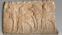 (نقش آشوري من القرن السابع قبل الميلاد، Getty)