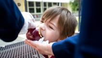 إجبار طفلة على أكل تفاحة في مدرسة بكاليفورنيا(سارة ريجيفيرتز/ Getty)