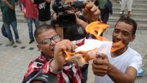 أنصار قيس سعيد يحرقون الدستور في شارع بورقيبة (فيسبوك)