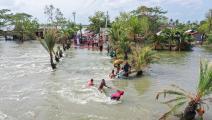 فيضانات وسط إعصار أمفان في بنغلادش (Getty)