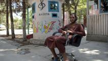 مقاتل من طالبان في المعهد الوطني للموسيقى في أفغانستان (وكيل كهسار/فرانس برس)