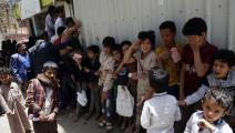 أطفال ينتظرون الحصول على وجبة مجانية (محمد حمود/Getty)
