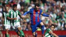 SEVILLE, SPAIN - JANUARY 29: Lionel Messi of FC Barcelona (C) competes for the ball with Asia Mandi of Real Betis Balompie (R) and Matias Nahuel of Real Betis Balompie (L) during La Liga match between Real Betis Balompie and FC Barcelona at Benito Villamarin Stadium on January 29, 2017 in Seville, Spain. (Photo by Aitor Alcalde/Getty Images)