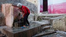فتى يشرب المياه من نبع في المغرب - مجتمع