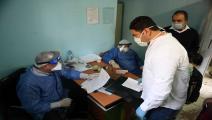 أطباء مصريون بقسم الأمراض المعدية بمستشفى إمبابة بالقاهرة (Getty)