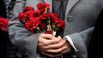 تركيا- مجتمع- امرأة تضع أزهارا مكان تفجير(أوزان كوس/فرانس برس)