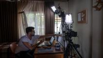 الممثل دوغو ديميركول أثناء التصوير (ياسين أكغول/فرانس برس)