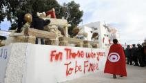 مجسّم لعربة البوعزيزي في سيدي بوزيد (فتحي بلعيد/فرانس برس)