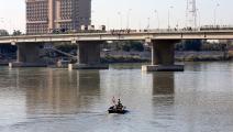 مركب في نهر دجلة في العراق - مجتمع