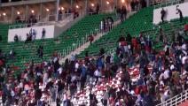 شغب في مباراة بين مولودية الجزائر واتحاد بلعباس (فيسبوك)