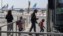 أجانب يغادرون مطار دبي الدولي إلى بلدانهم (فرانس برس)