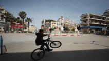 يتحدى الإجراءات الوقائية في رام الله (عصام ريماوي/ الأناضول)