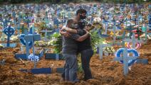 دفن ضحايا كورونا بمقبرة باركيه تاروما بالبرازيل (Getty)