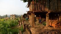 مجتمعات تعزل الحائض ويعتبرنها مصدر نجاسة (براكاش ماثيما/فرانس برس)