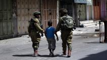 يكرر الاحتلال اعتقال الأطفال الفلسطينيين (فرانس برس)