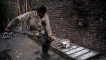 تذويب الألمنيوم المستعمل لإعادة تصنيعه في مصر (Getty)