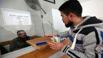 الاحتلال يتحكم برواتب الفلسطينيين وحسابات الأسرى (Getty)