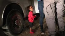 الطفلة الباكية على حدود المكسيك (جون مور/تويتر)