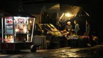 تضرر مصالح السوريين بسبب انقطاع الكهرباء (عامر المحباني/فرانس برس)
