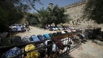 فلسطينيون يصلون في الحرم الإبراهيمي (حازم بدر/فرانس برس)