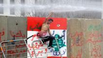 متظاهر لبناني يتلقى خراطيم مياه في وسط بيروت