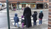 امرأة مسلمة وأولادها في أوسلو - النرويج - مجتمع