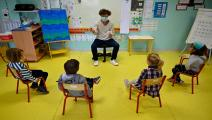 تباعد اجتماعي في احدى مدارس فرنسا/مجتمع (داميين ميير/ Getty)