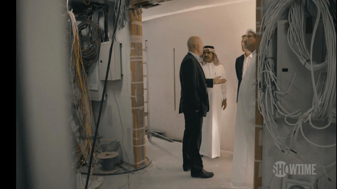 """خاشقجي أثناء التحضير لافتتاح قناة """"العرب"""" (من الوثائقي/Showtime)"""