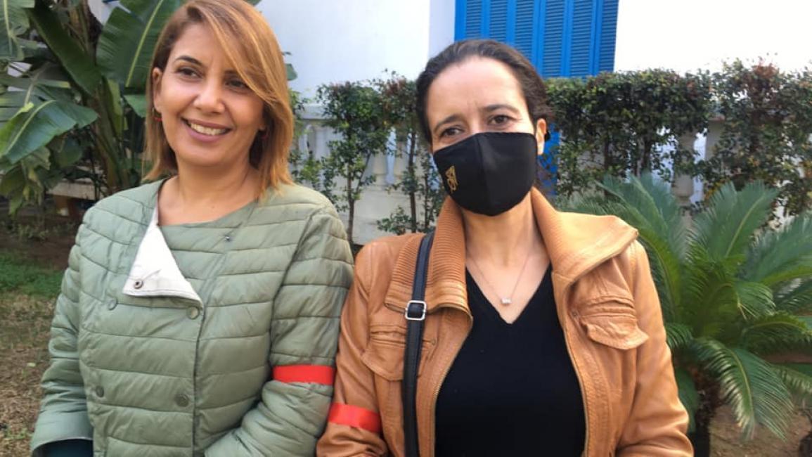 صحافيون يحملون الشارة الحمراء