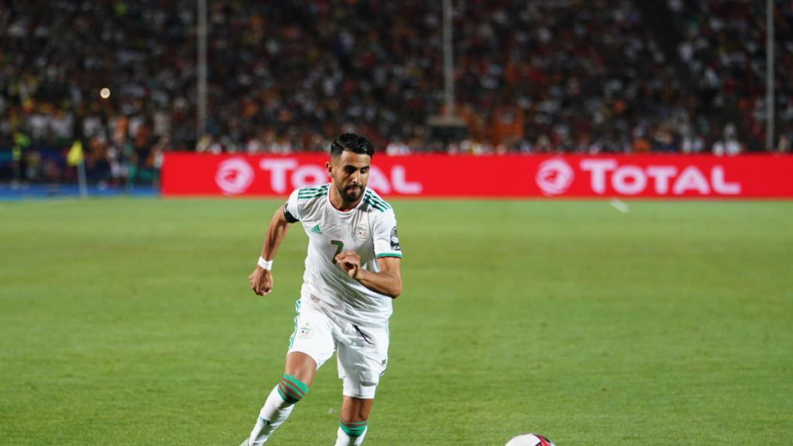 حارس الجزائر فخور بلعبه إلى جانب محرز