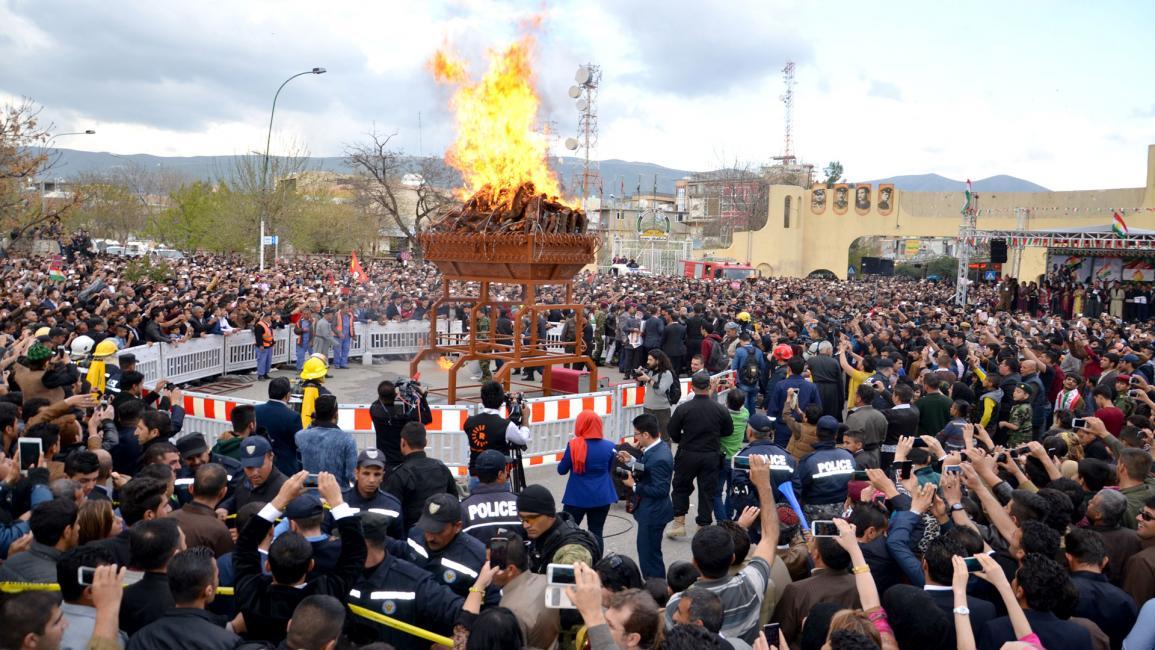 عوائل كردية تحتفل وتغني بمناسبة عيد النوروز قرب أربيل