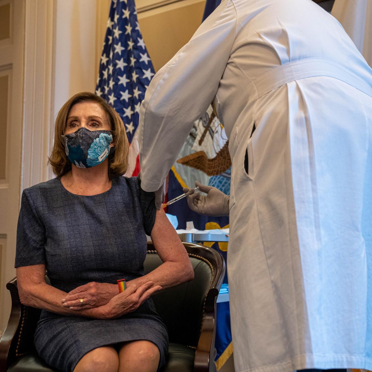 تطعيم رئيسة مجلس النواب الأميركي نانسي بيلوسي (كين سيدينو/ Getty)