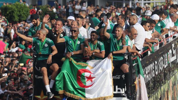 شاهد.. لاعبو منتخب الجزائر يُطالبون بكأس العالم ما القصة؟