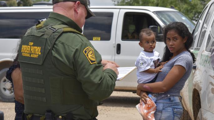 قاضٍ فدرالي يعلّق العمل بقرار بايدن تجميد ترحيل المهاجرين