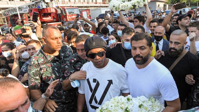 شاهد.. رونالدينيو في بيروت وفوضى ومشاجرات تدفعه للهروب!