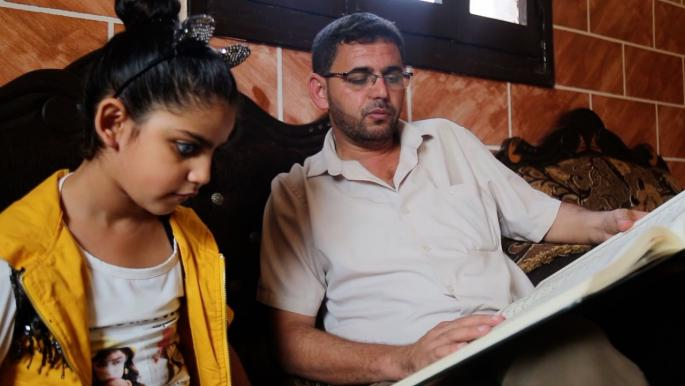 طفلة فلسطينية كفيفة تحفظ المعلقات الشعرية بعد القرآن