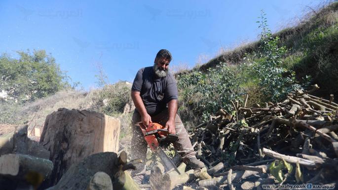 رائد عبد العال... أحد أقدم باعة الحطب في غزة