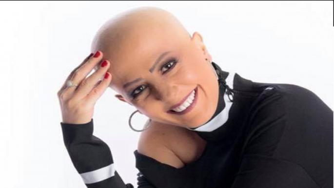 مذيعة مصرية تعلن إصابتها بالسرطان بصور من دون شعر